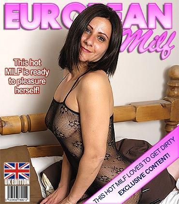 Mature - Demi (EU) (38) - Hot housewife getting some alone time