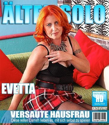 Mature - Evetta (46) - Freche Hausfrau spielt mit sich selbst