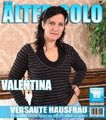 Mature - Valentina C. (36) - Frische Ältere Hausfrau fummelt herum