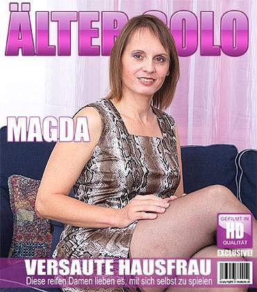 Mature - Magda O. (45) - Haarige Hausfrau spielt mit ihren Spielzeugen