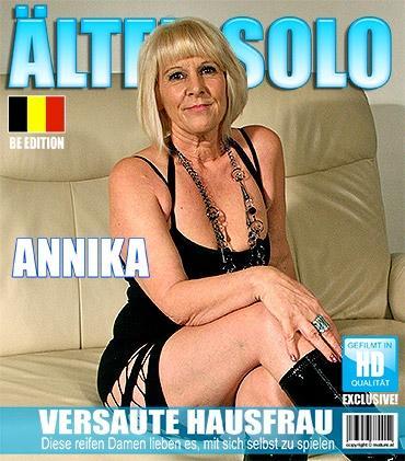 Mature - Annika B. (50) - Belgische Hausfrau masturbiert auf der Couch