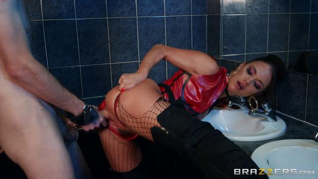Brunette Housewife Sucking Off Her Husbands Friend On Spy Cam