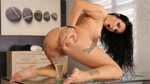 Isabel Dark in Wetting Her Panties