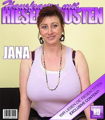 Mature - Jana P. (43) - Frische Ältere Hausfrau zeigt ihre großen Titten
