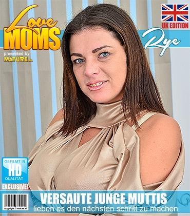Mature - Rye (31) - Britische kurvige mama zeigt ihre großen Titten