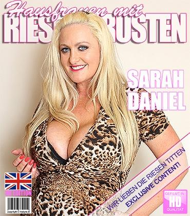 Mature - Sarah Daniel (EU) (44) - Britische Vollbusige Hausfrau fummelt herum