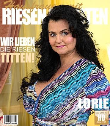 Mature - Lorie (51) - Vollbusige Hausfrau fingert sich selbst